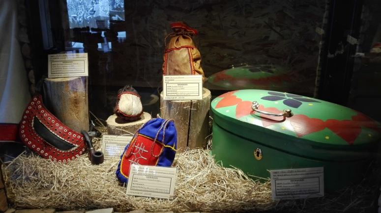 Vitrine du musée avec sacs et pochons destinés à différents usages