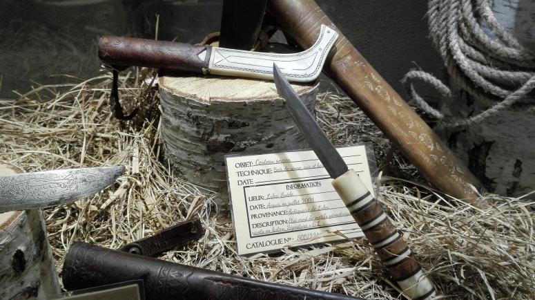 Couteaux avec manches et/ou fourreau en bois de renne, gaines de cuire et rivets en laiton - musée de la Ferme aux Rennes, Stosswihr