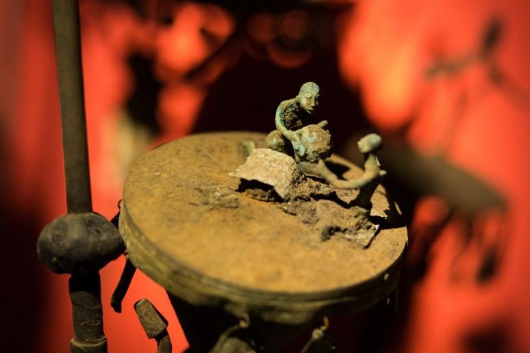 Les prêtresses ont la délicate mission de transmettre une fois par an aux Asen, symboles des esprits des défunts, les offrandes. Ainsi, elles permettent de perpétuer leur mémoire. Photographie : Collection Arbogast, Asen, stèle funéraire portative ©Château Musée Vodou