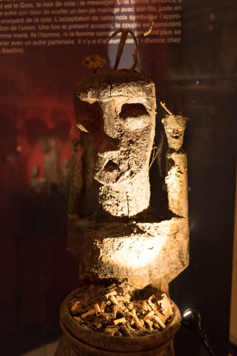 """Collection Arbogast, """"Gambada"""", Togo, bois, céramique, métal, mégots de cigarettes, tissu, matières sacrificielles ©Photographie : Château Musée Vodou"""