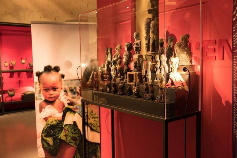 La vie d'une femme est marquée par de nombreuses étapes, la maternité et la naissance s'accompagnent de nombreux rites chez les Vodous…  ©Photographie : Château Musée Vodou