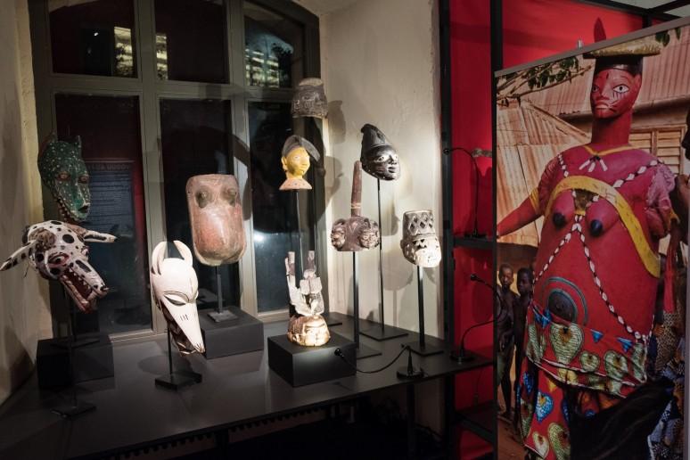 Lors des cérémonies Gèlèdés on danse et on joue du théâtre comique tout en portant des costumes et des masques ©Château Musée Vodou