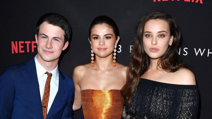 """Les acteurs de """"13 reasons why"""" et la productrice de la série: Selena Gomez."""