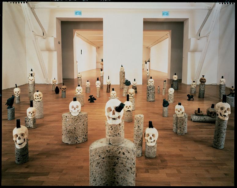 « L'Art mol et raide ou l'épilepsisme-sismographe pour têtes épilées - mini male head coiffée du grand mal laid comme une aide minimale », 1985-86 © Adagp Paris 2018